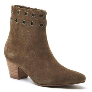 Matisse leather tan bootie with keyholes